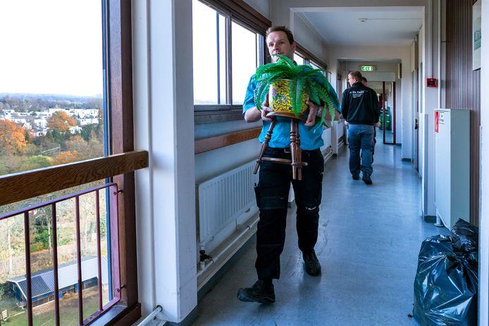 De eerste twee bewoners verhuizen vandaag van de elfde naar de vierde verdieping in Zorgcentrum Tuindorp-Oost (Careyn).