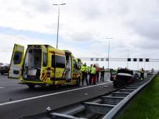 Auto botst tegen vangrail op A4 bij Leidschendam