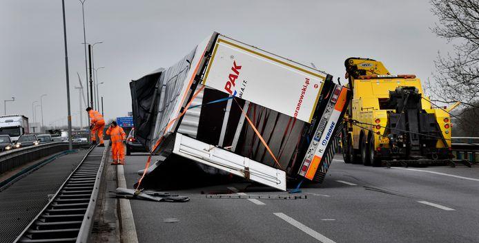 Een gekantelde Poolse truck op de A27.