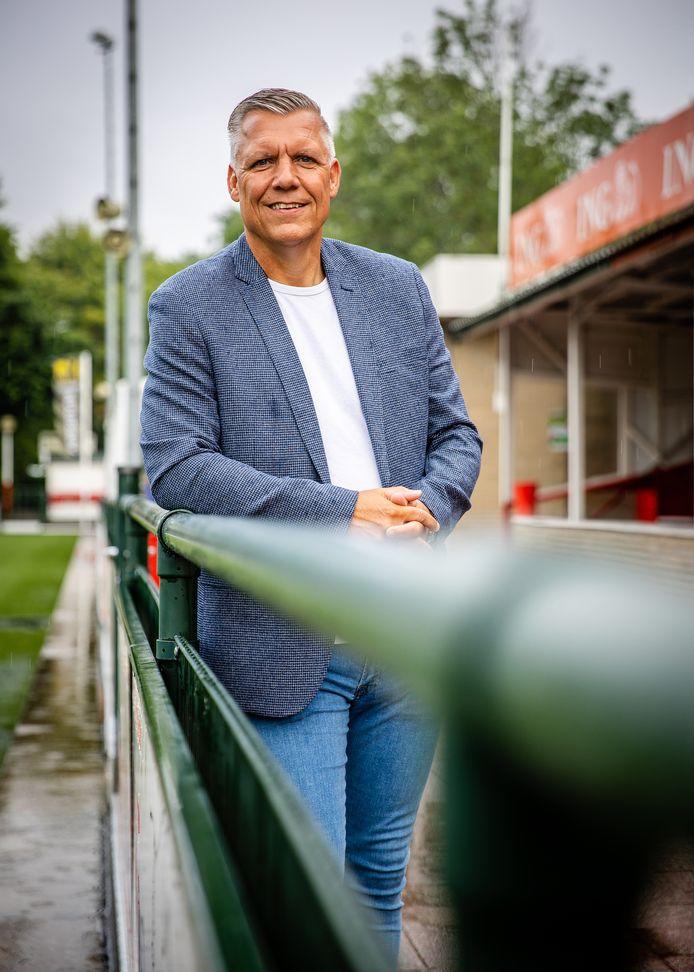 Edwin Boogaard bij zijn voetbalclub in Hellevoetsluis. ,,We rooien het nog. Maar hoe de toekomst eruitziet? Mogelijk zal er meer met betaalde krachten moeten worden gewerkt.''