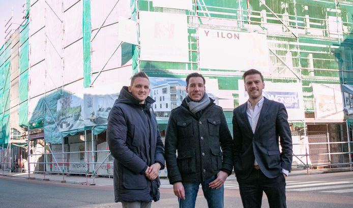 Dennis Vanhout en zaakvoerder Johan Krijsman van Era Wonen, met Kevin Verlaeckt (centraal) van bouwheer Yxilon.