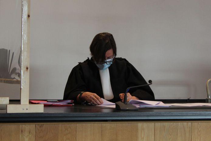 Politierechter Dominique Reyniers had dinsdag en woensdag haar handen vol met inbreuken op het samenscholingsverbod.
