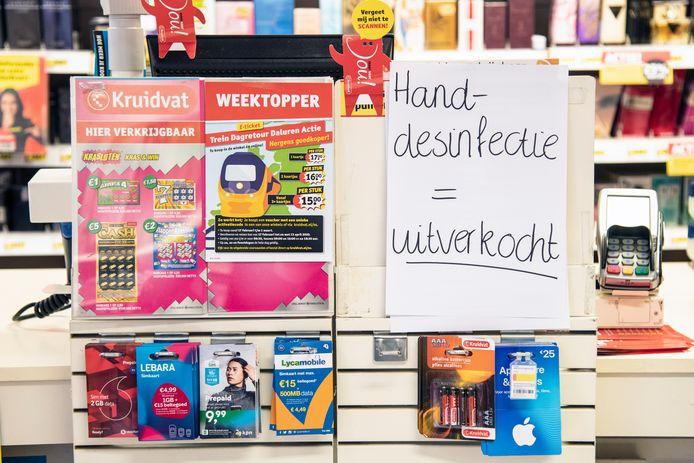 Bij de Kruidvat-vestiging aan de Lange Hezelstraat in Nijmegen is geen handgel meer te krijgen.