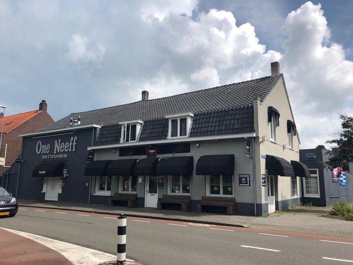 Het pand van Ome Neeff met aansluitend Bistro 52 aan de Dorpsstraat.