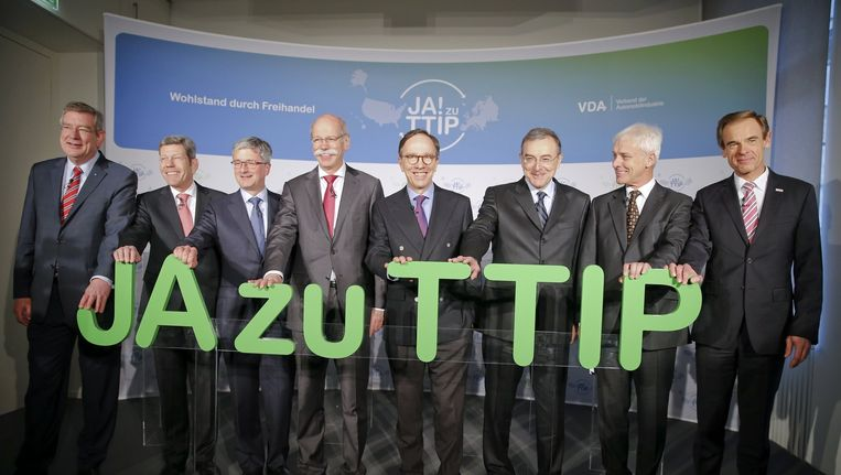 Duitse vertegenwoordigers van de auto-industrie promoten het vrijhandelsverdrag. Beeld reuters