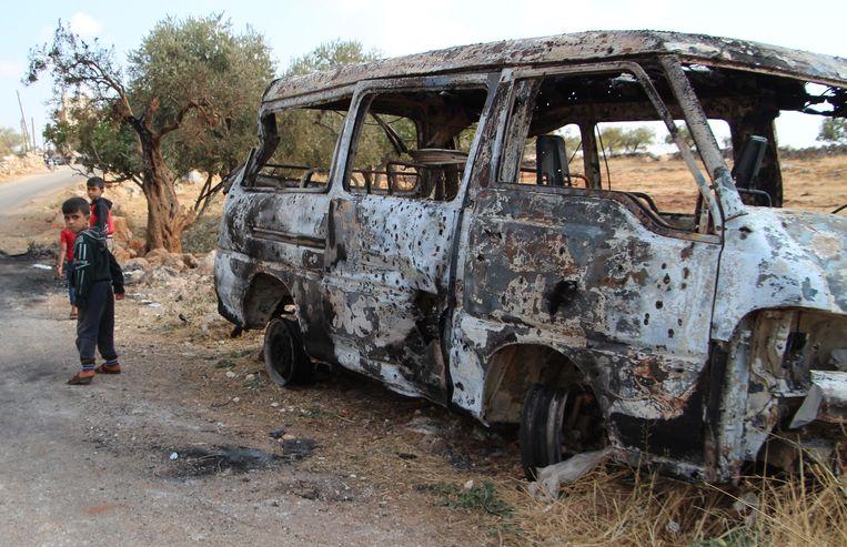 Een bestelbusje in het dorp Barisha is tot schroot herleid tijdens de Amerikaanse aanval op IS-leider Abu Bakr al-Baghdadi. Beeld AFP