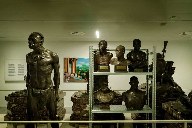 Controversiële standbeelden worden gadegeslagen door een hedendaags schilderij van Chéri Samba dat kritiek uit op het kolonialisme. Beeld Eric de Mildt