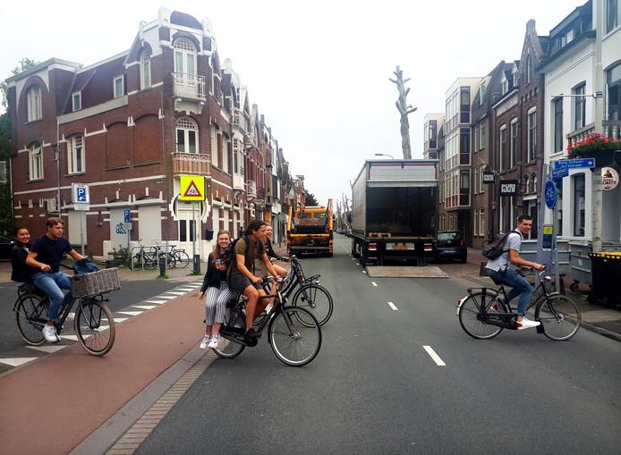 Leerlingen van Norbertus Gertrudis lyceum steken een van de gevaarlijkste punten van de Brugstraat in Roosendaal over. Foto Alfred de Bruin