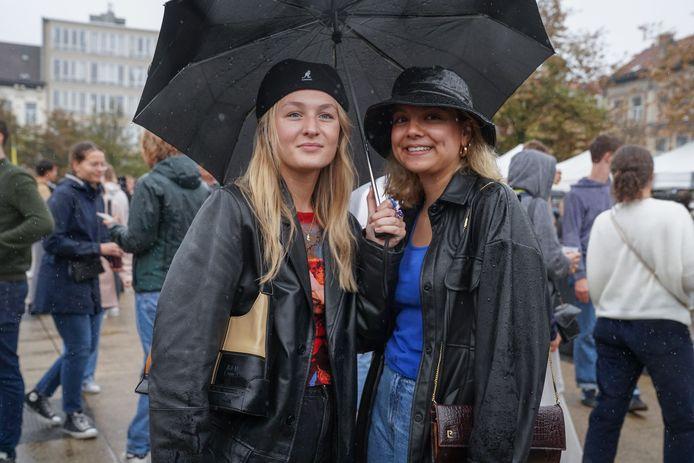 """Studenten biomedische wetenschappen Eva en Lisa menen dat dit jaar alles weer op z'n plooi valt: """"Het studentenleven van vroeger keert zeker terug."""""""