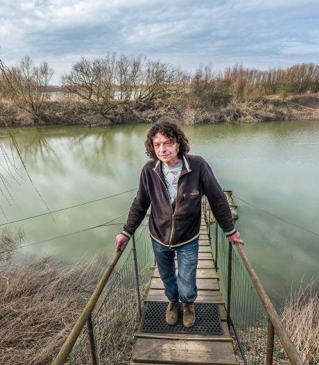 Deze man is wél euforisch door hoge water: eindelijk kan woonbootman Hans uit Ooij terug naar huis