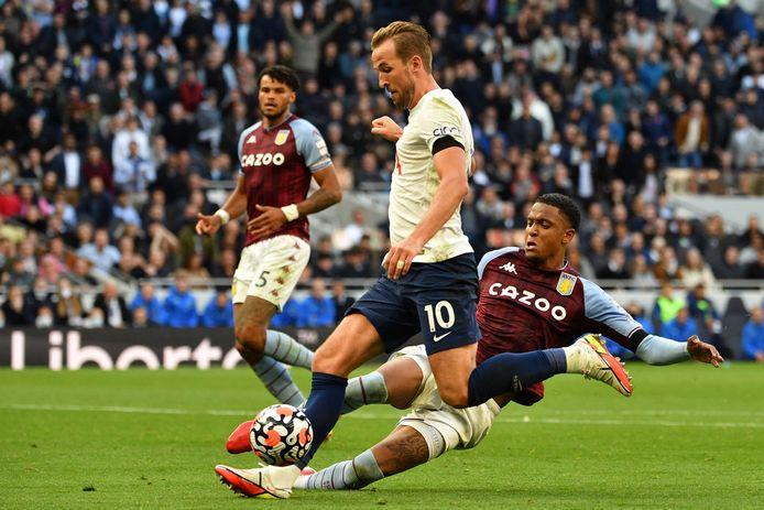 Tottenham Hotspurs aanvaller Harry Kane is sneller dan verdediger Ezri Konsa van Aston Villa.