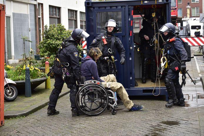De eerste arrestant is een man in een rolstoel.