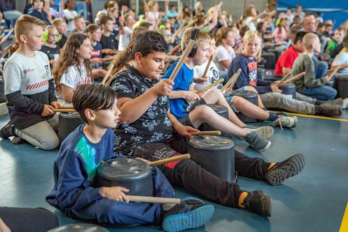 Leerlingen leefden zich donderdag uit tijdens en trommelconcert.