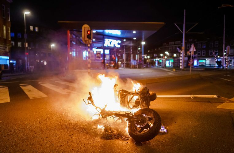 Brandstichting nadat een grote groep jongeren de confrontatie heeft gezocht met de politie op de Beijerlandselaan in Rotterdam.  Beeld ANP
