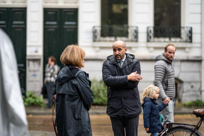 Burgemeester Ahmed Marcouch gaat donderdagmiddag in gesprek met mensen in de Spijkerstraat.