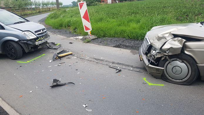 Frontale botsing in de Slingerstraat in Torhout. De bestuurder van de Opel raakte levensgevaarlijk gewond.