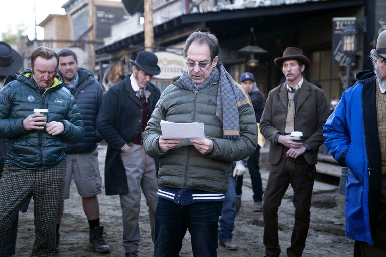 David Milch geeft instructies op de Deadwood-set. Beeld Warrick Page/HBO