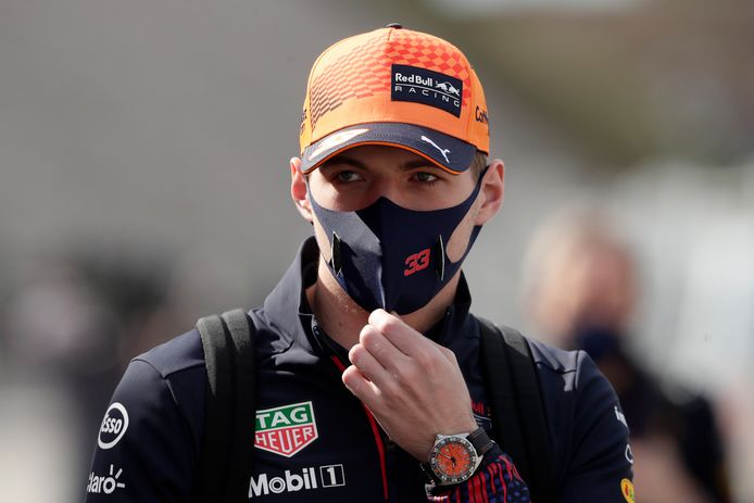 Max Verstappen op weg naar het circuit voor de derde vrije training.