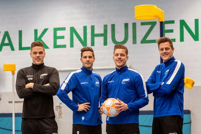 Assistent-trainer Emiel Broenink en zijn spelende broers Thijs, Bas en Jasper bij Oost-Arnhem.