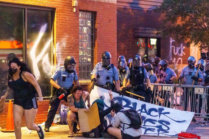 De politie greep onder andere in met pepperspray.
