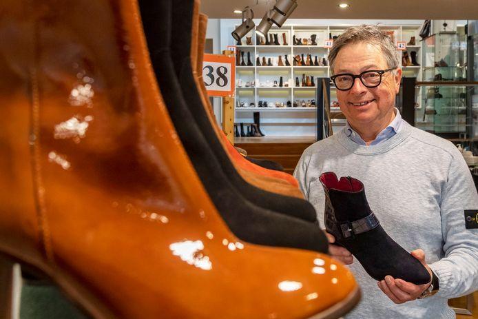 Harry Hamers runde (met zijn vrouw Marianne) jarenlang de fameuze schoenenzaak Het Rode Laarsje in Bergen op Zoom. Een zaak waarvan de oorsprong zowat 100 jaar terug gaat. Tot hun grote verdriet moeten ze definitief de deuren sluiten.