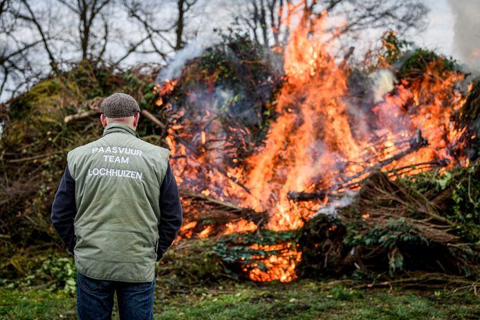 TT-2020-001441 De houtstapel van het paasvuur in Lochuizen werd vorig jaar vanwege corona ook al ruim voor Pasen aangestoken.