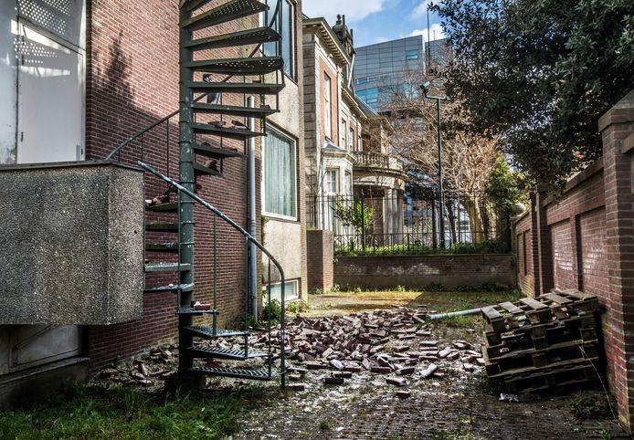 Aan de achterkant van het verkrotte  ambassadegebouw van Saoedi-Arabië aan de Bleiswijkstraat is een gedeelte van de gevel naar beneden gekomen.