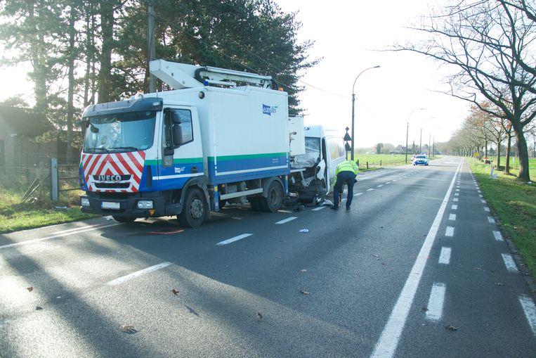 De bestelwagen knalde tegen de achterkant van de vrachtwagen.