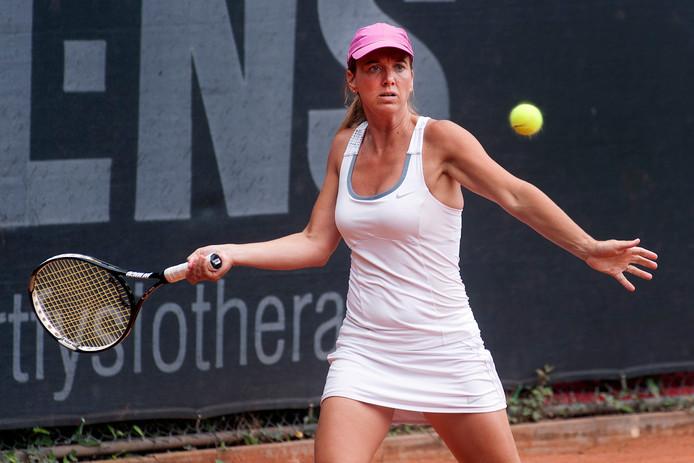 Stéphanie Kuiper  op de tennisbaan.
