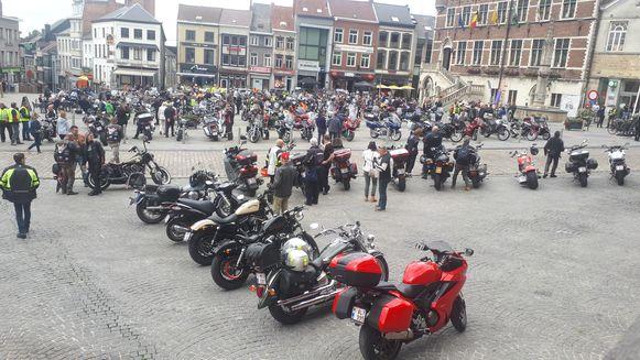 De motards palmden de Markt van Geraardsbergen in.