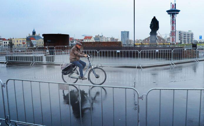 Een eenzame fietser reed woensdag over het Keizersbolwerk, onderdeel van het achteraf vergeefs met dranghekken afgezette Vlissingse tijdritparkoers.