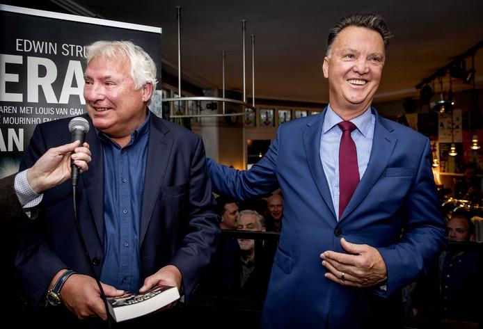 Louis van Gaal bij de presentatie van de biografie over zijn voormalige rechterhand Gerard van der Lem (l).