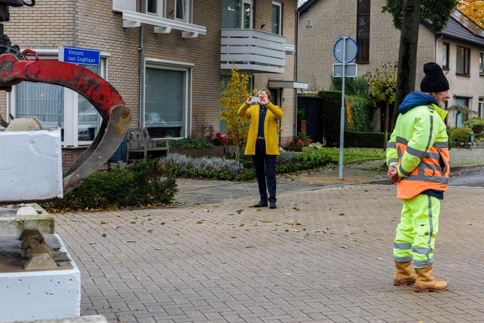 De betonblokken in Waalre-dorp werden in november neergezet. Wethouder Alexander van Holstein maakte foto's.