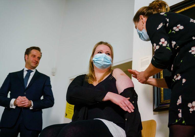 GGZ-medewerker Babette Engelsman ontvangt onder toeziend oog van minister De Jonge de eerste Janssen-prik van Nederland. Beeld ANP