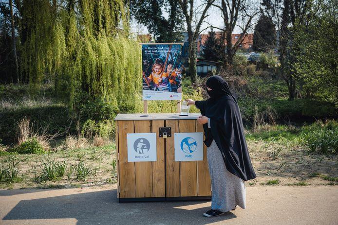 De campagne kreeg de naam '#onzenhof' mee en draait rond de buren van het Rivierenhof die op fotoborden vragen aan bezoekers van het park om afval steeds mee naar huis te nemen.