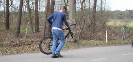 Voorwiel fiets breekt af nadat wielrenner op bestelbus botst in Nijkerk
