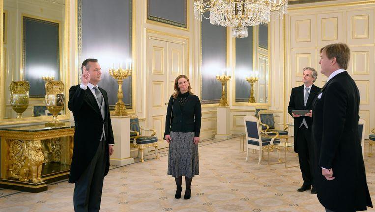 Koning Willem-Alexander tijdens de beëdiging van Arthur van Dijk als commissaris van de Koning Beeld ANP