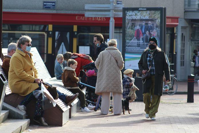 Ook zondag kort na de middag was er al heel wat volk in Knokke-Heist. Het grote merendeel hield zich wel aan de maatregelen