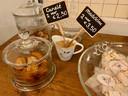 Bij Louise bakt de kok zelf de madeleines en canelés, hier uitgestald op een antieke, Franse toonbank.