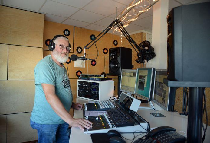 Omroep Tholen-voorzitter Laban Hage in één van de nieuwe studio's aan de Energieweg.