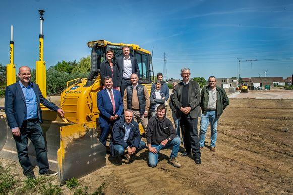 WVI-directeur Geert Sanders, voorzitter Kris Declercq, burgemeester Bert Maertens en schepen van Ruimtelijke Ordening Caroline Maertens met de vertegenwoordigers van de bouwfirma's op de nieuwe verkaveling.