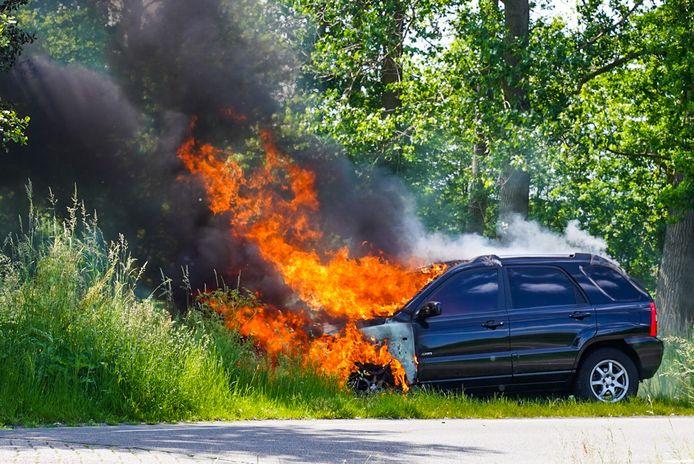 Auto brandt uit op de Urkhovenseweg in Eindhoven.