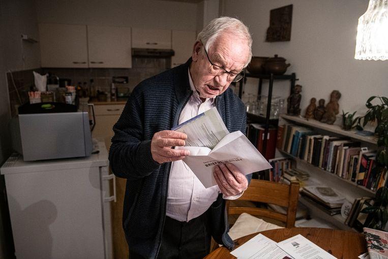 Ted Cloin, 82 jaar is aan het uitzoeken hoe hij met post moet stemmen.  Beeld Koen Verheijden