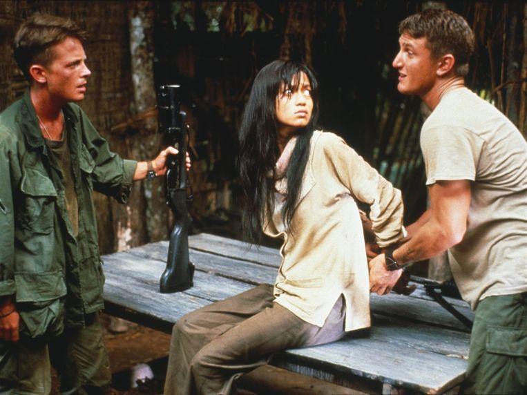 Michael J. Fox, Thuy Thu Le en Sean Penn in Casualties of War van Brian De Palma Beeld