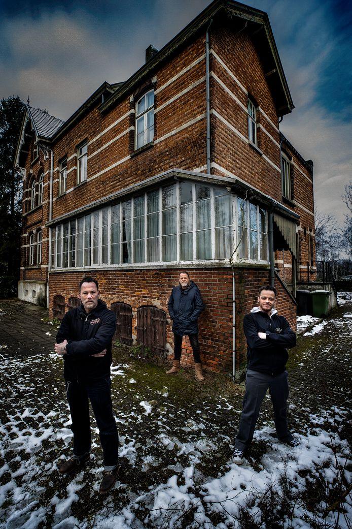 Vlnr Geert Schepers, Quintijn Lohman en Jurgen Ooms voor de monumentale villa.