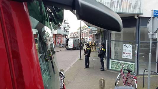 Een medewerker van EOD zet de rugzak in een busje.