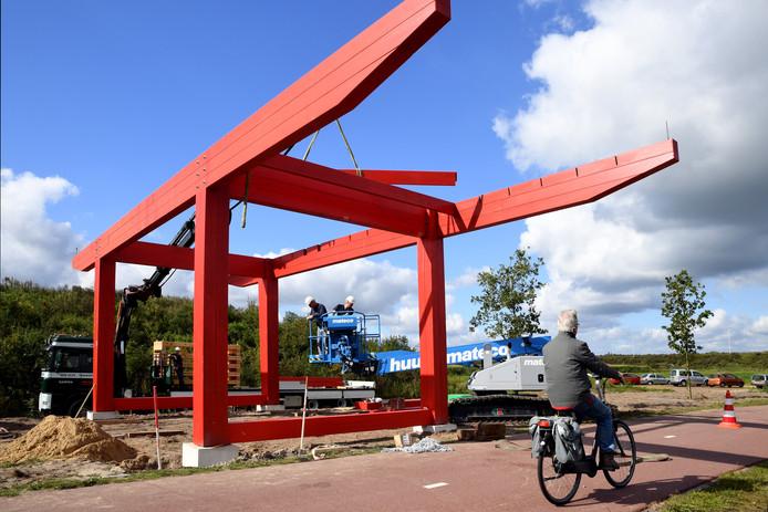 TILBURG,  Foto PixProfs/Jan Stads.  Langs het Wilhelminakanaal in Tilburg wordt kunstwerk 'Zandpoort'geplaatst. Op de foto is het werk nog in aanbouw.