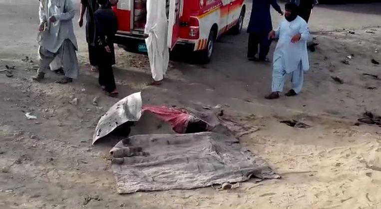 Een bedekt lichaam dat uit het wrak van de auto zou zijn gehaald. Beeld epa