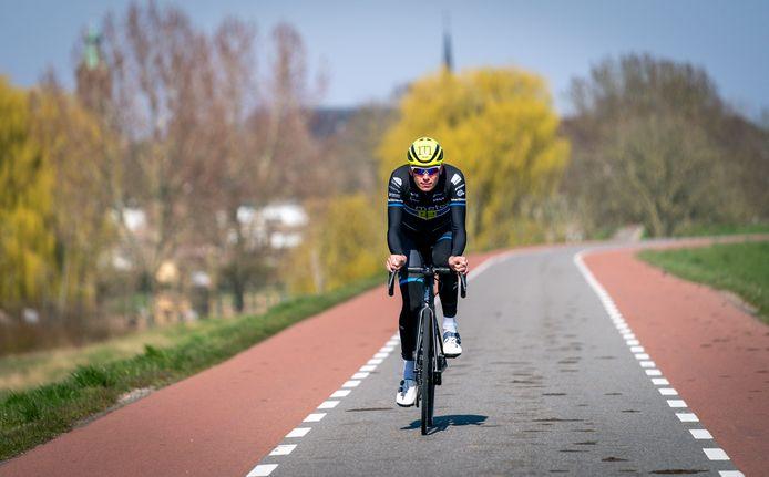 Metec-wielrenner Jesper Asselman traint op de dijk.
