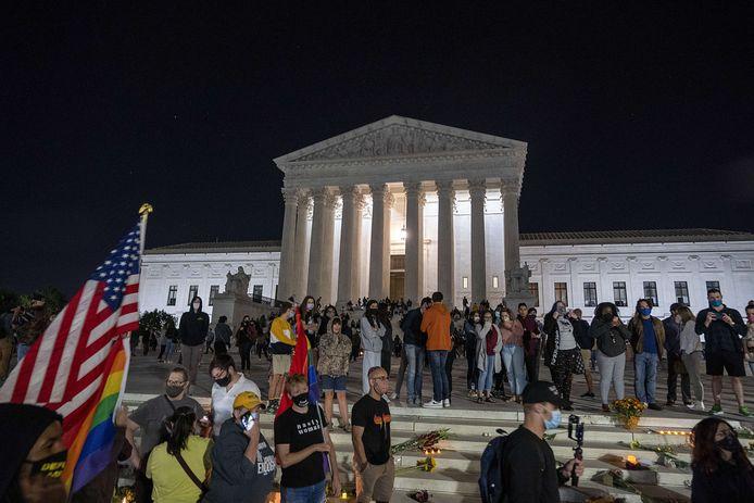 Na het nieuws van haar overlijden kwamen een honderdtal mensen samen op de trappen van het Hogergerechtshof om de overleden opperrechter Ruth Bader Ginsburg te eren.